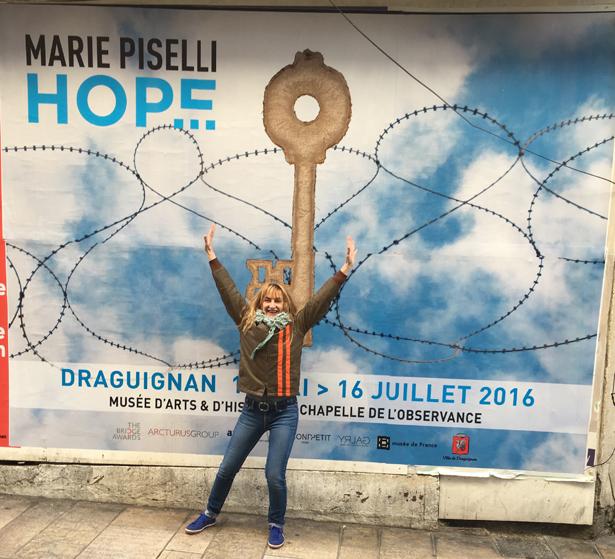 Marie Piselli devant affiche - Copie