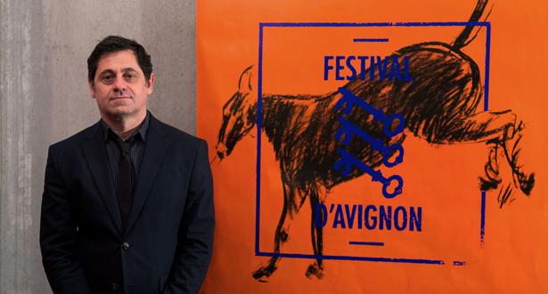 le-directeur-du-festival-de-theatre-d-avignon-olivier-py-pose-le-24-mars-2016-devant-l-affiche-de-l-edition-2016_5570557